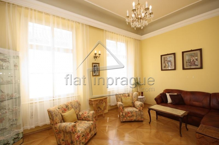 Elegant Romantic apartment with a gallery in Old Town
