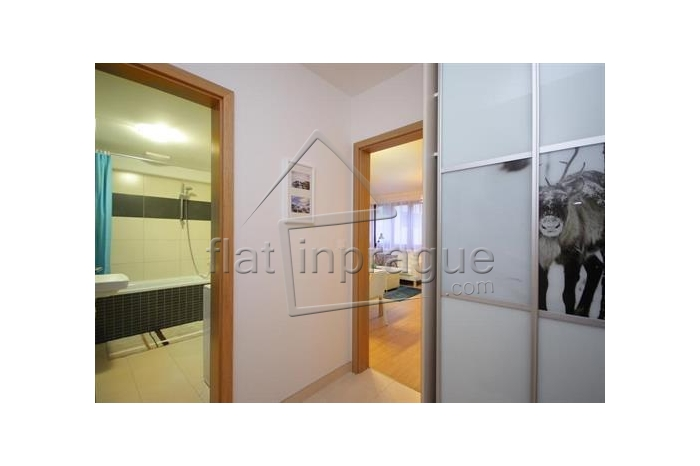We offer for rent this bright, modern furnished studio